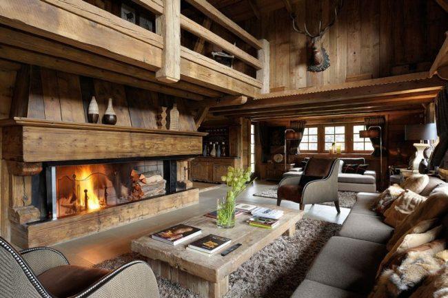 Интерьеры загородных домов и коттеджей: огромный камин в гостиной передает всю романтику альпийского стиля