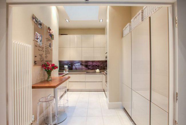 Большая светлая батарея, расположенная в углу кухни