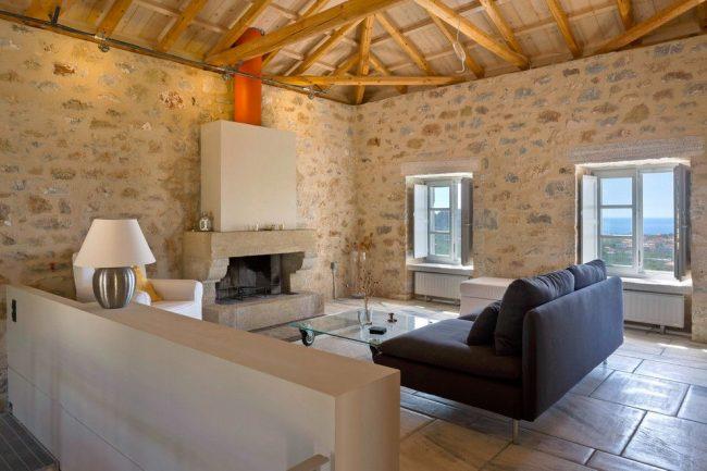 Средиземноморский стиль гостиной с небольшими белыми радиаторами