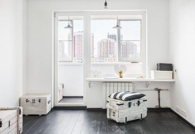 Биметаллический радиатор белого цвета в светлом минималистичном интерьере