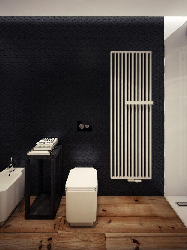 Стильная черно-белая ванная комната с большой белой батареей-сушилкой