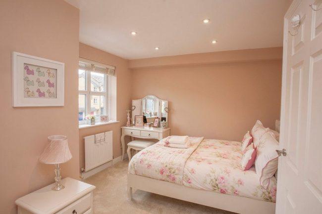 Узкая светлая батарея в романтичной спальне розового цвета