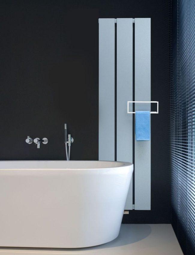 Стильная белая батарея в черной ванной дополняет интерьер