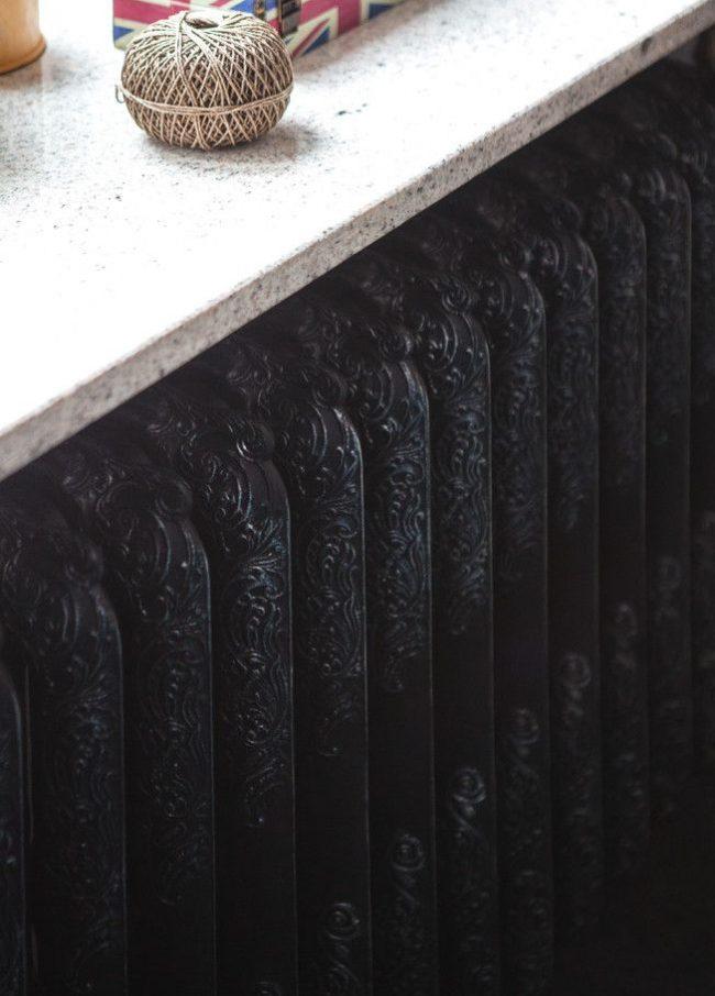 Черная чугунная батарея с узором выглядит дорого и красиво