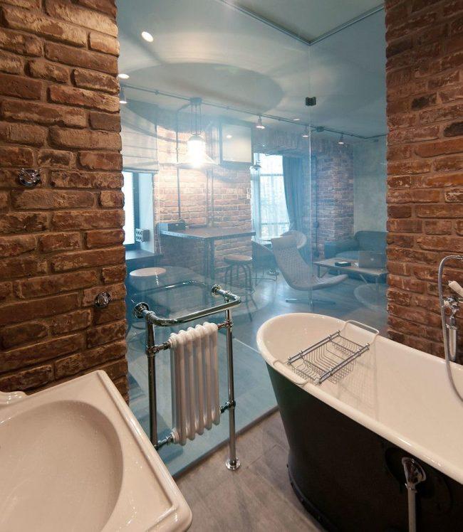 Ванная комната в стиле лофт со стеклянной стенкой и белой батареей