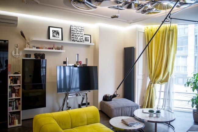 Узкая высокая батарея дополняет интерьер гостиной в стиле модерн