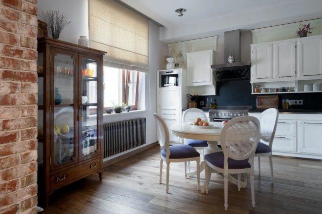 Современная кухня с чугунной батареей цвета стали
