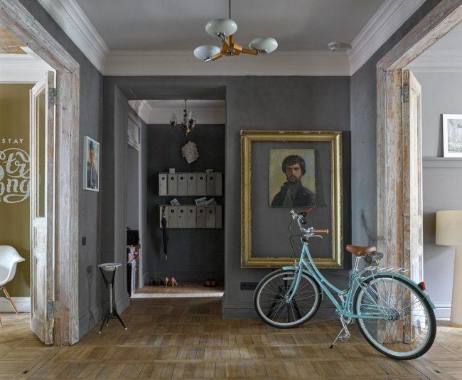 Интерьер в стиле ретро с серой фактурной краской на стенах