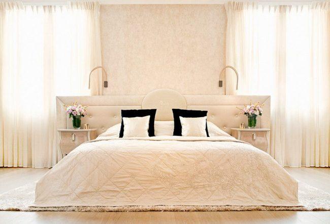 Современная светлая спальня со стеной у изголовья, покрашенной фактурной краской