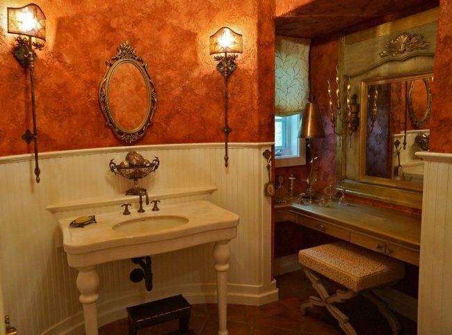 Санузел в классическом стиле с коричнево-золотистой фактурной краской на стенах
