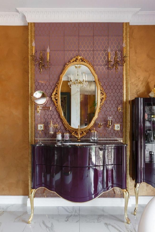 Роскошный интерьере в классическом стиле со стенами окрашенными фактурной золотой краской