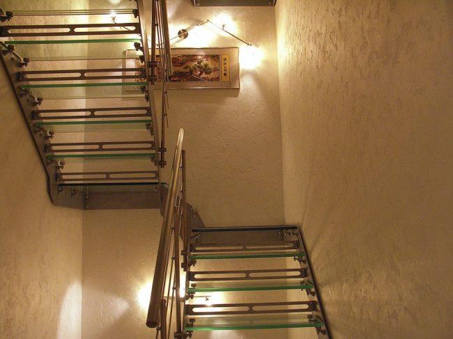Стены в коридоре, покрашены светлой фактурной краской