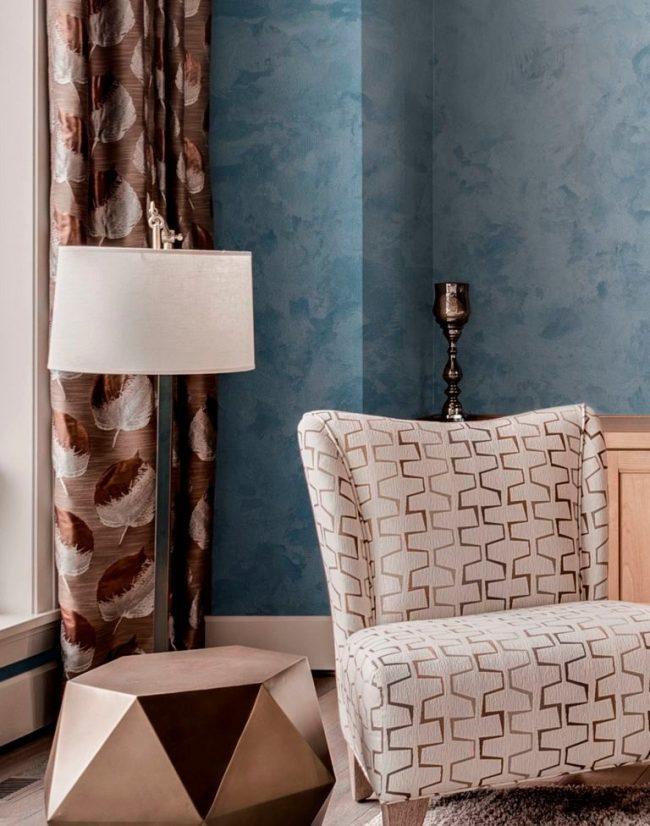 Красивая фактурная краска голубого цвета на стенах в гостиной
