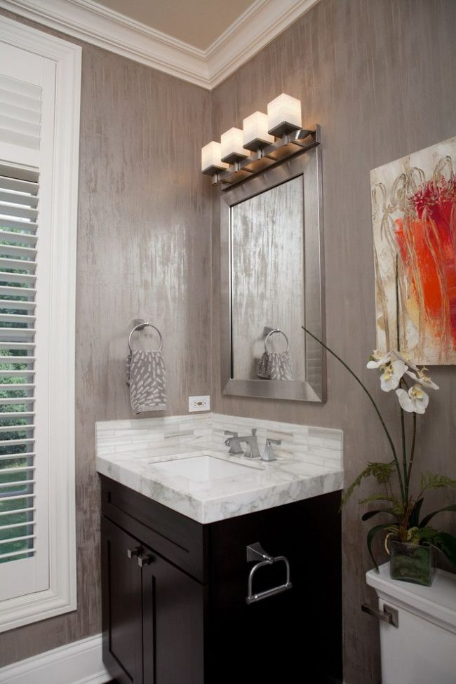 Санузел со стенами окрашенными фактурной краской, созданные с помощью валика
