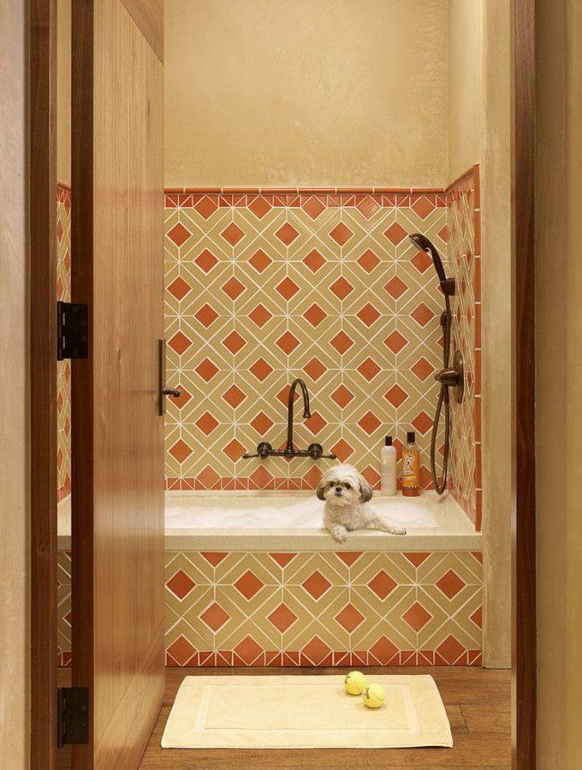 Комбинирование керамической плитки и фактурной краски на стенах ванной