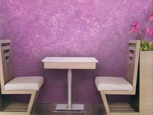 Яркая сиреневая фактурная краска на стенах