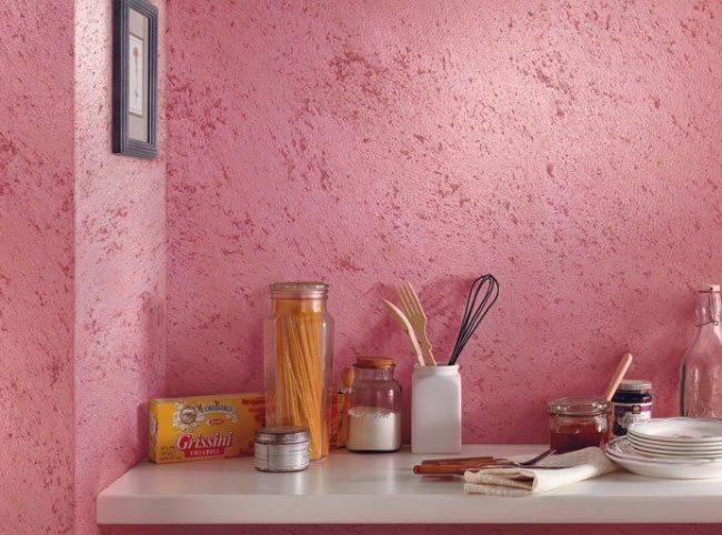 Фактурная краска розового цвета на кухонной стене