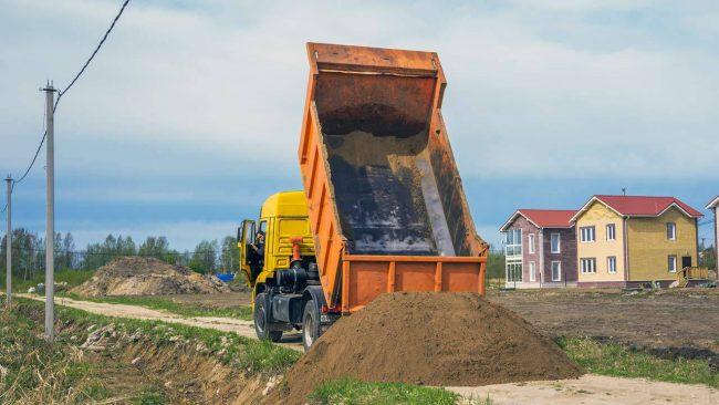 Для засыпки котлована с установленным резервуаром для газа используется песок