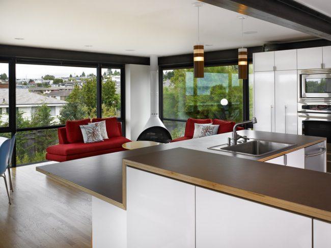 Темные пластиковые рамы смотрятся красиво в интерьере белой кухни