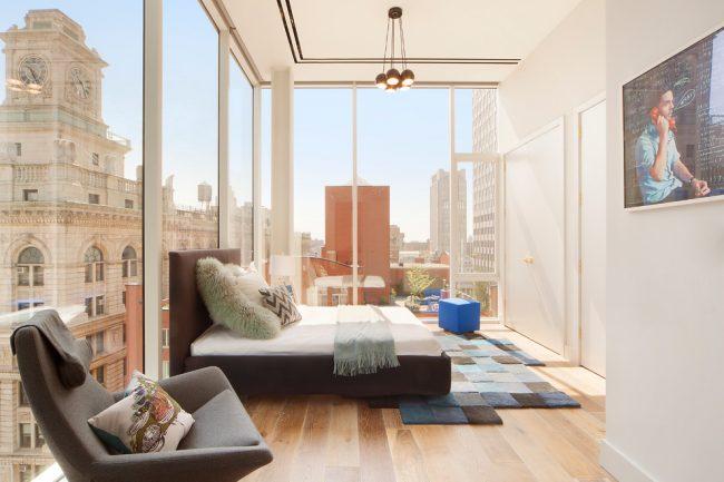 Шикарная спальня со стеклянными стенами