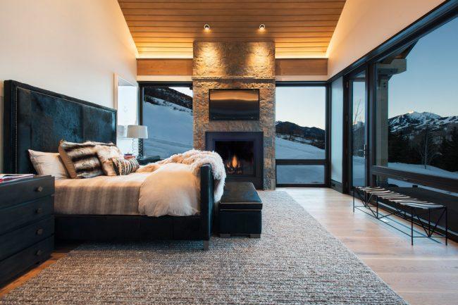 Стильная спальня с черными пластиковыми рамами