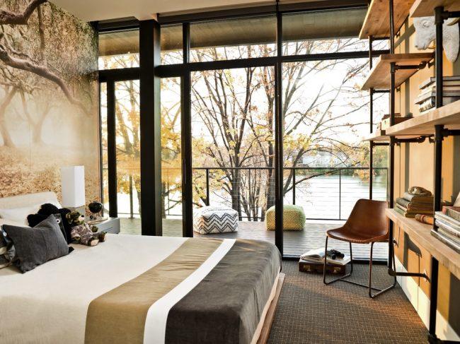 Уютная спальня с прекрасным видом на пруд