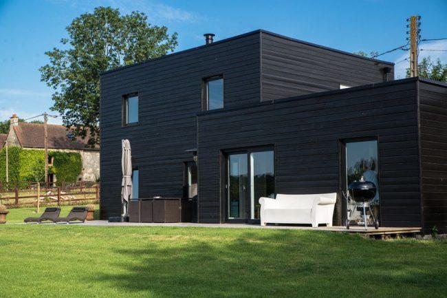 Барбекю на террасе частного дома в скандинавском стиле