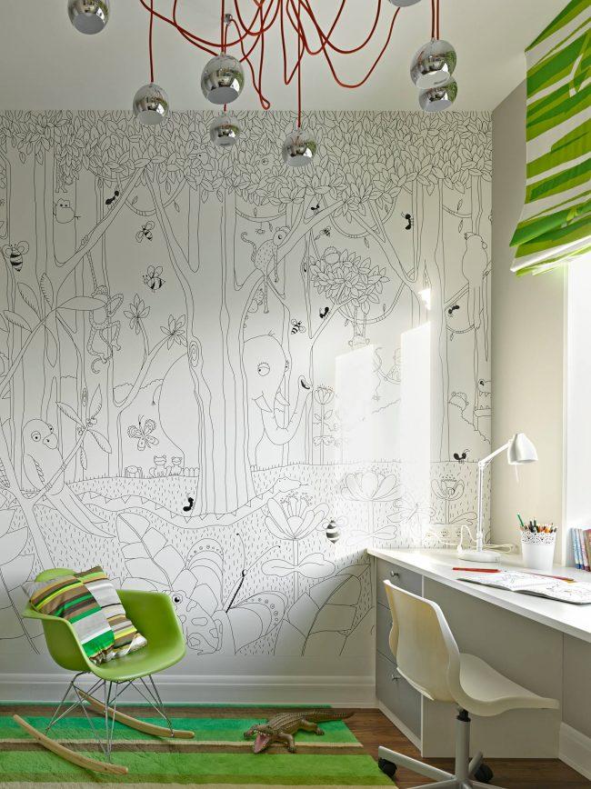Красивое сочетание черно-белых джунглей на стене и зеленых элементов декора