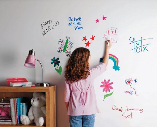 Окрасив стены или мебель маркерной краской, вы сможете рисовать на них как на маркерной доске
