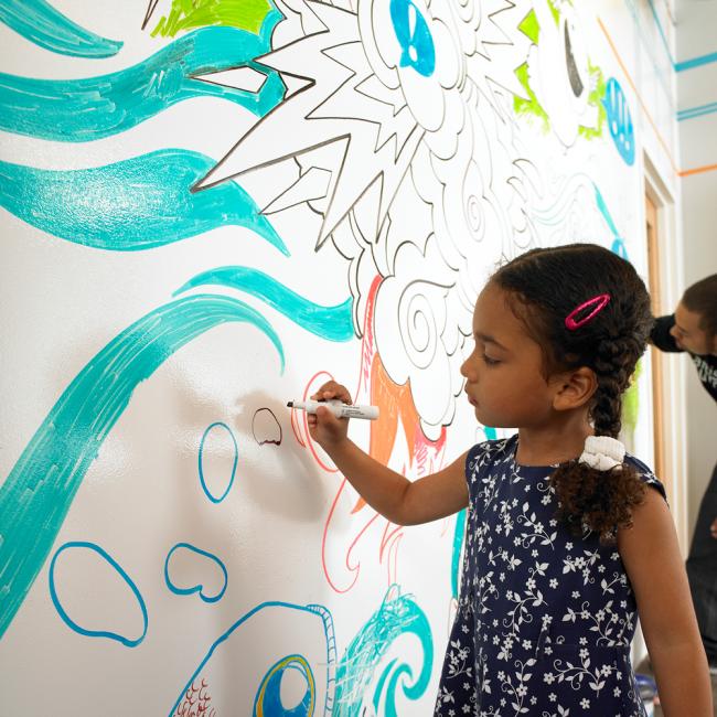 Стена, окрашенная маркерной краской, станет любимым местом вашего ребенка