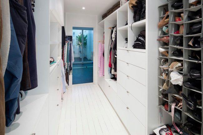 Гардеробная комната с модульной системой хранения, содержащей дополнительно мягкие органайзеры для обуви