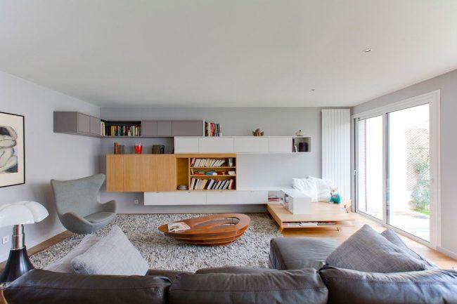 Стильный интерьер гостиной с комбинированной модульной системой
