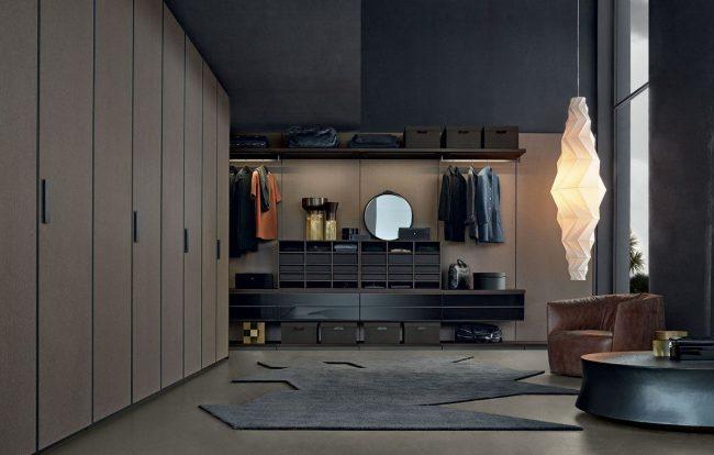 Современный интерьер просторной гардеробной с модульной системой хранения вещей
