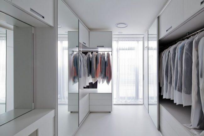 Большая и светлая гардеробная комната с модульной системой хранения