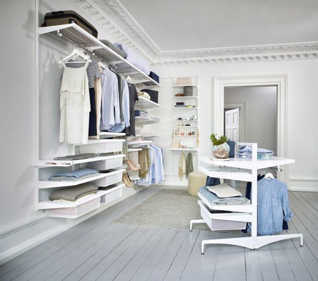 Просторная гардеробная для большой семьи с модульной системой хранения вещей