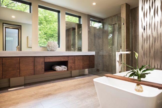 В двухэтажном доме 8 на 8 можно позволить просторную ванную комнату