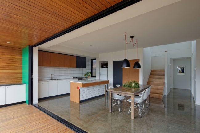 Просторная столовая в стиле модерн станет отличным местом для проведения праздников с друзьями и родственниками