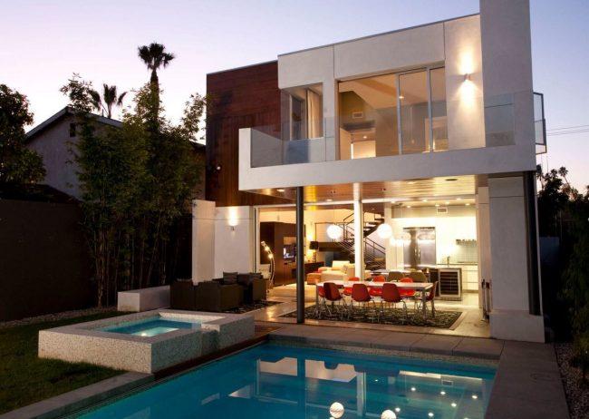 Прекрасный двухэтажный дом 8 на 8 с панорамным остеклением