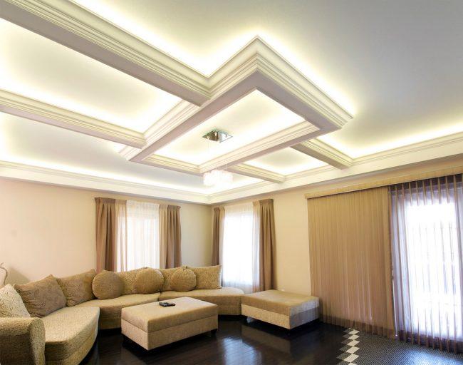 Парящий потолок в классическом стиле в интерьере гостиной