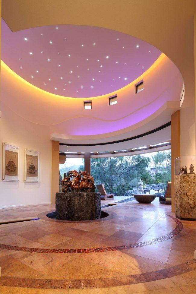 Имеющийся свет визуально создает эффект отсутствия физического контакта отделки потолка со стеной