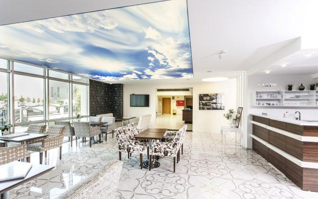 Парящий потолок натяжной: фото потолка с 3D небом в интерьере квартиры-студии