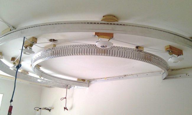 После монтажа профилей устанавливают светодиодные ленты