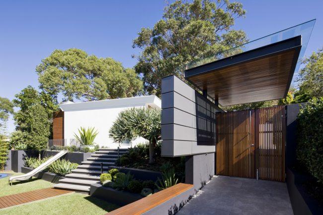 Одноэтажный частный дом с красивым ландшафтным дизайном