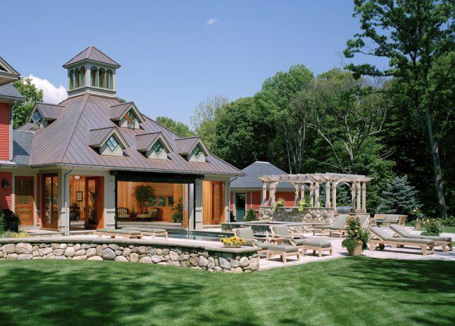 Красивый особняк с уютной террасой