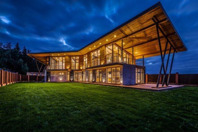 Великолепный двухэтажный дом с панорамным остеклением