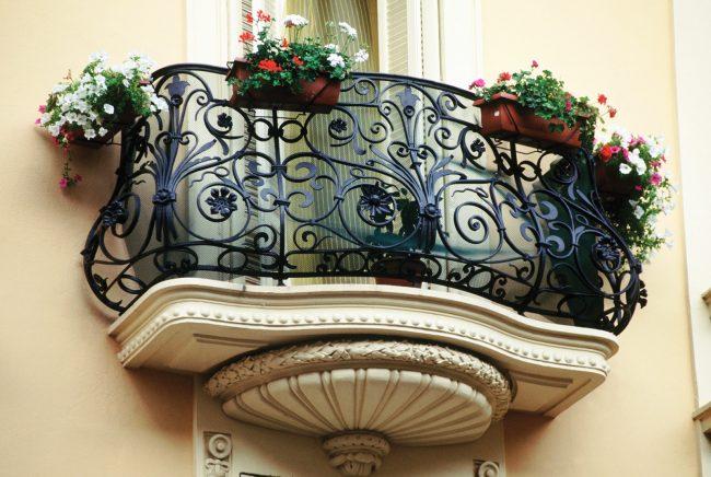 Шикарный балкон с кованными перилами