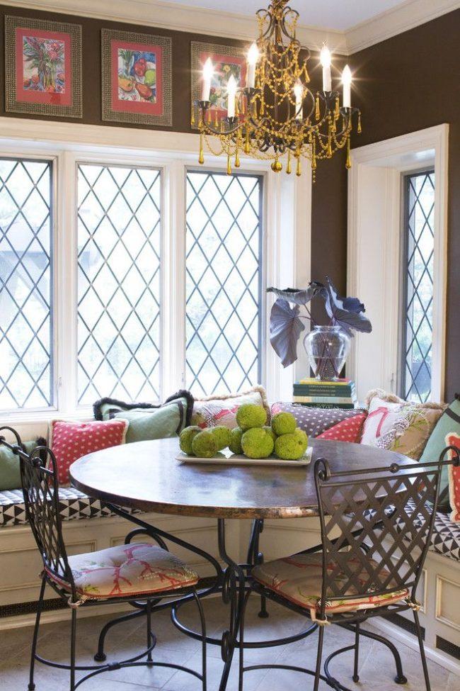 Традиционные металлические решетки на окнах дачи