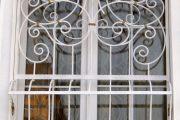 Фото 9 Решетки на окна для дачи: выбор оптимальной конструкции и 70 наиболее элегантных и безопасных вариантов