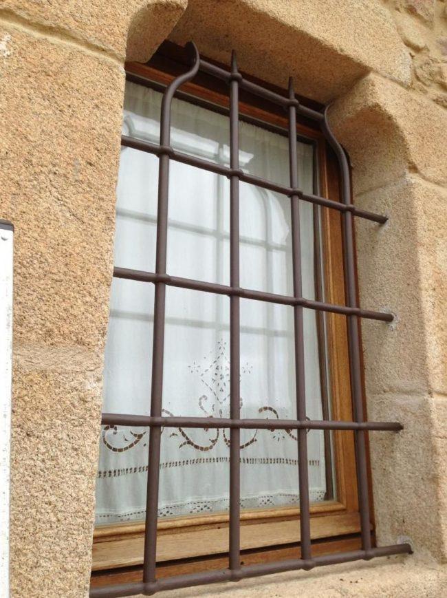 Небольшая кованая решетка на окно в старинном варианте