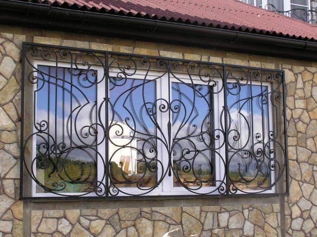 Съемные кованые решетки на дачном окне